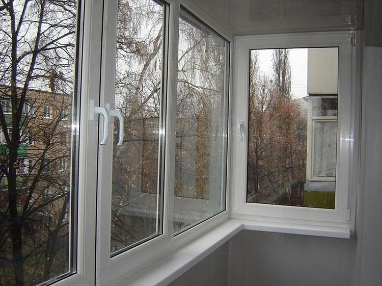 ostekleniye-balkona-v-khrushchevke