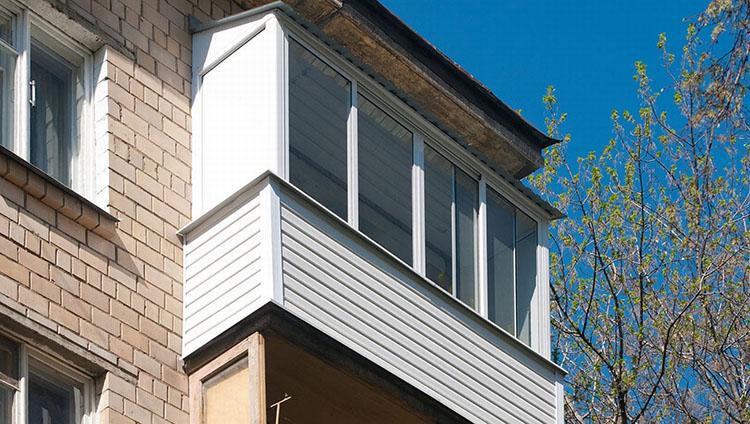 ostekleniye-balkona-v-khrushchevke-4