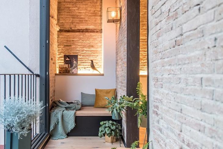 otdelka-balkona-dekorativnym-kamnem